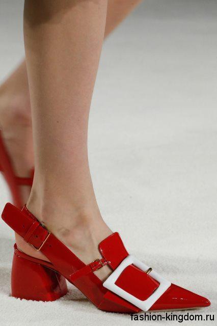 Модные женские туфли красного цвета на низком широком каблуке, с белой пряжкой и открытой пяткой от Miu Miu.