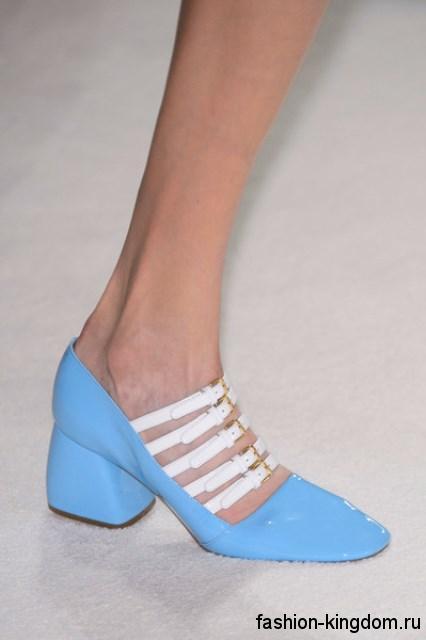 Модные лакированные туфли голубого цвета с белыми ремешками, на широком низком каблуке из коллекции Miu Miu.
