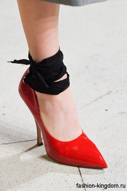 Лакированные модные туфли лодочки красного цвета на шпильке, с острым носом и черной лентой из коллекции Miu Miu.