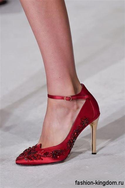 Темно-красные модные туфли лодочки на шпильке, декорированные бисером, из коллекции Oscar de la Renta.