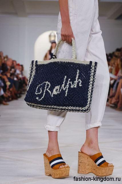 Плетеная летняя женская сумочка бело-синей расцветки, с короткой ручкой из коллекции Ralph Lauren.