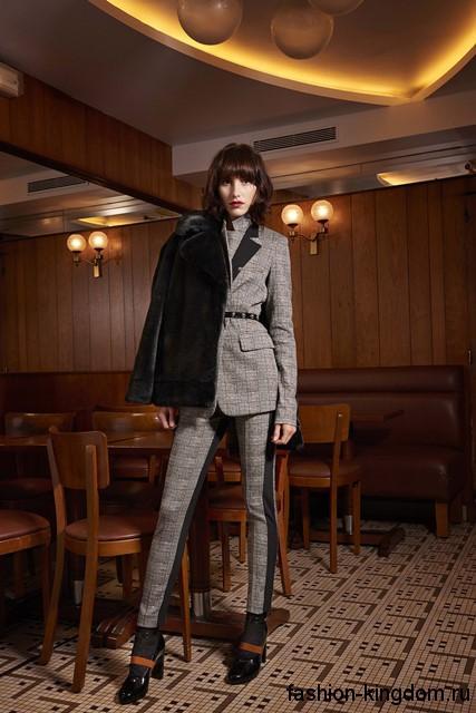 Узкие классические брюки черно-серого тона в тандеме с приталенным пиджаком и ботильонами на каблуке от Sonia Rykiel.