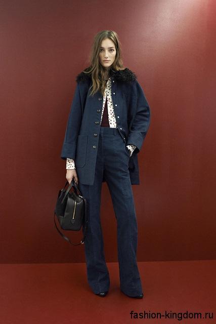 Широкие классические брюки синего тона, с высокой талией гармонируют с пальто темно-синего цвета из коллекции Sonia Rykiel.
