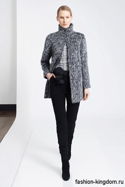 Классические черные брюки зауженного силуэта в сочетании с жакетом серого тона с воротником стойкой от TSE.