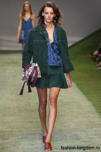 Юбка-мини и жакет темно-зеленого цвета создадут модный стиль кэжуал в сочетании с синим топом от Topshop Unique.