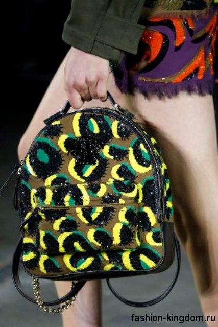 Летняя женская сумочка рюкзак средних размеров, с абстрактным принтом и накладным карманом от VERSACE.