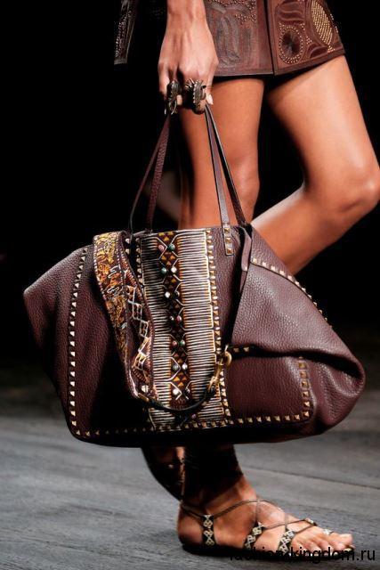 Кожаная летняя женская сумочка на пляж, шоколадного цвета, декорированная клепками и бусинами от Valentino.