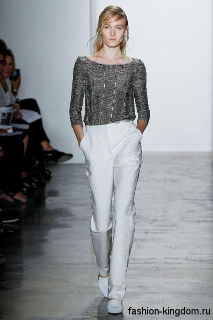 Модный образ в стиле кэжуал в виде тандема белых брюк и кофточки серебристого оттенка, свободного кроя от Wes Gordon.