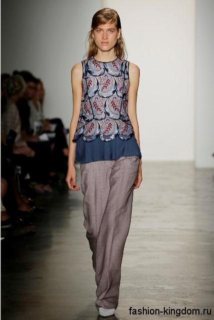 Широкие брюки бледно-сиреневого цвета в стиле кэжуал дополняют блузку сине-сиреневого тона без рукавов от Wes Gordon.