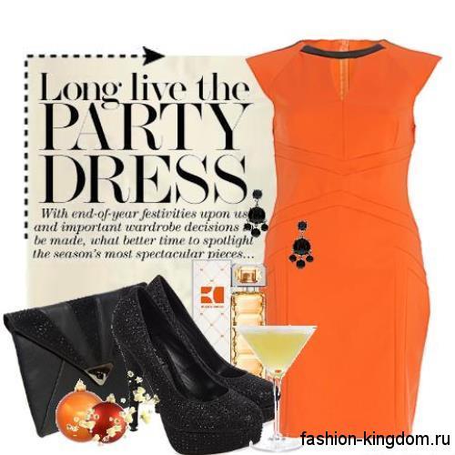 Платье-футляр оранжевого цвета, с короткими рукавами, приталенного кроя в тандеме с клатчем и туфлями черного тона.