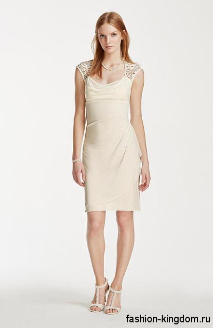 Летнее платье-футляр на свадьбу, молочного оттенка, длиной чуть выше колен, декорированное стразами.