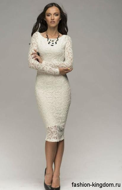 Гипюровое платье-футляр для невесты, белого цвета, длиной до колен, с длинными рукавами в тандеме с черными туфлями.