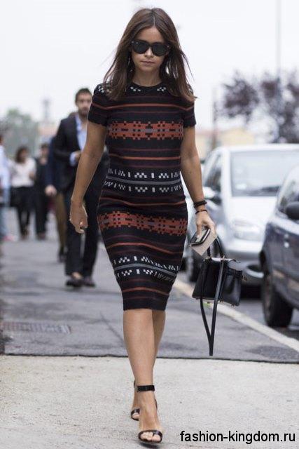 Платье-футляр для беременных, длиной до колен, с короткими рукавами в сочетании с босоножками на среднем каблуке.