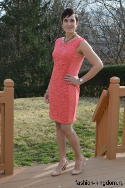 Ажурное платье-футляр розового цвета, без рукавов, длиной миди в сочетании с бежевыми туфлями на каблуке.