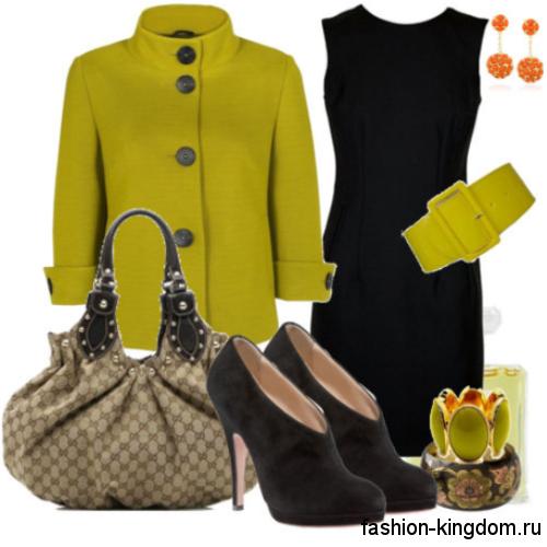 Классическое платье-футляр черного тона, без рукавов сочетается с коротким пальто цвета лайм и черными ботильонами на каблуке.