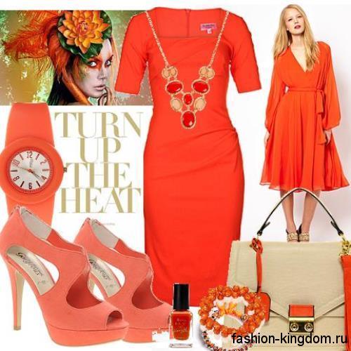 Коктейльное платье-футляр красного цвета, с короткими рукавами в тандеме с открытыми туфлями на каблуке и крупными украшениями.