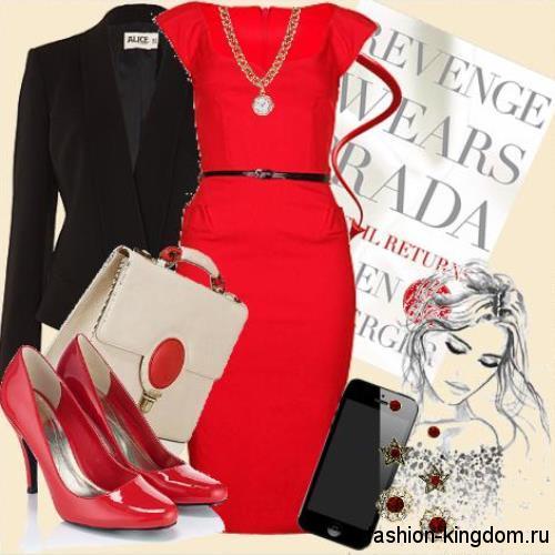 Красное платье-футляр длиной до колен, с коротким рукавами в тандеме с черным пиджаком и лакированными красными туфлями.