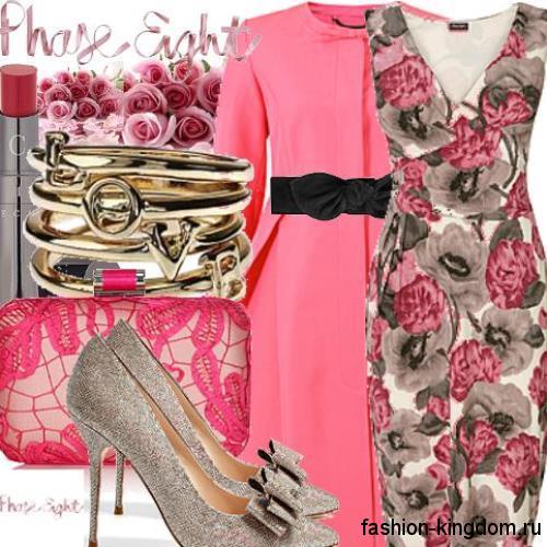 Платье-футляр с цветочным рисунком, без рукавов гармонирует с пальто розового тона и серебристыми туфлями на шпильке.