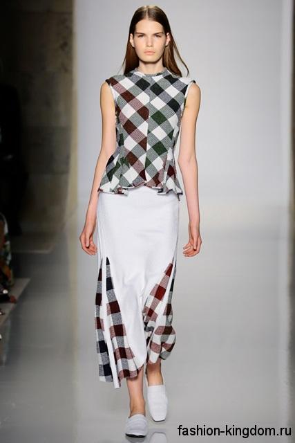 Блузка без рукавов и длинная юбка бело-серого тона в клетку, полуприталенного кроя из коллекции весна-лето 2016 Adam Lippes.