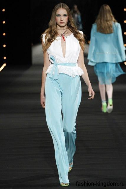 Атласные брюки голубого цвета и белая блузка с глубоким декольте из коллекции весна-лето 2016 от Alexis Mabille.