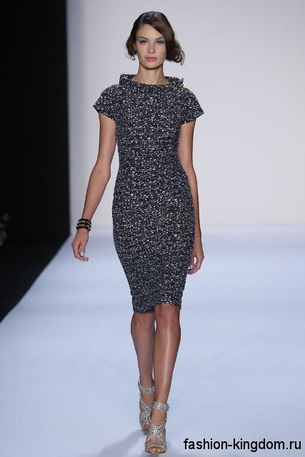 Платье-футляр серебристого тона, с короткими рукавами, длиной до колен в тандеме с босоножками на каблуке от Badgley Mischka.