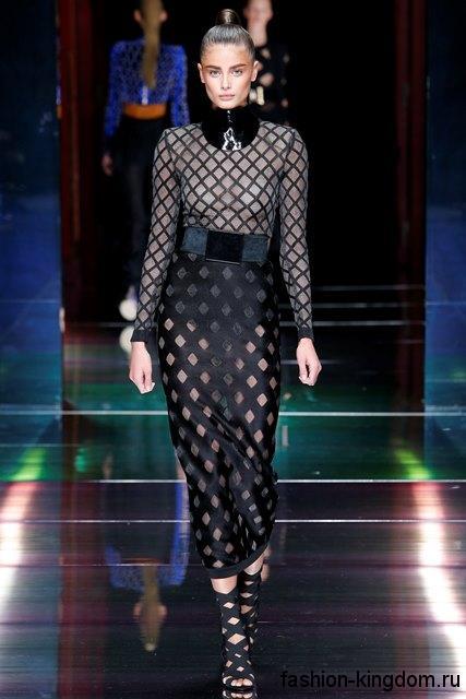 Полупрозрачное длинное платье черного цвета сочетается с плетеными босоножками из коллекции весна-лето 2016 от Balmain.