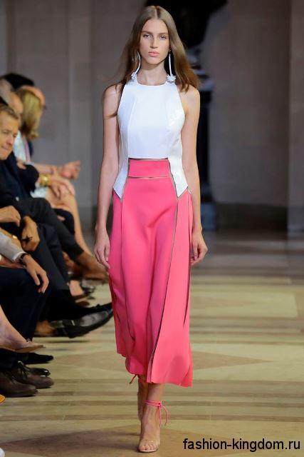 Длинная юбка розового цвета и белый топ в сочетании с босоножками светло-розового тона на каблуке из коллекции весна-лето 2016 от Carolina Herrera.