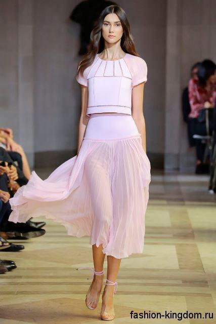 Юбка-миди и короткая блузка светло-розового оттенка из коллекции весна-лето 2016 от Carolina Herrera.