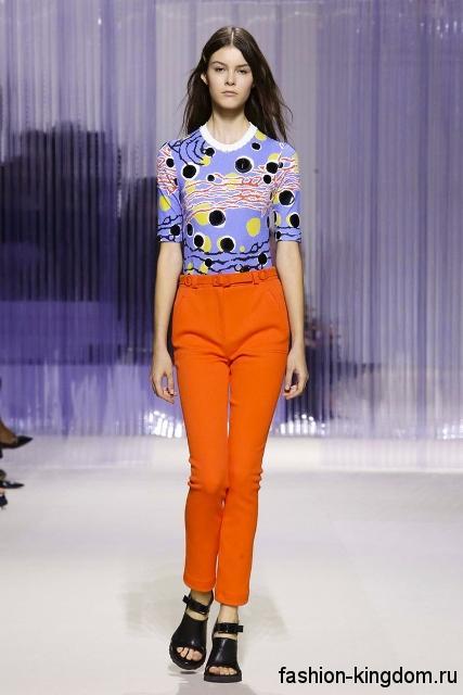 Узкие брюки морковного цвета в сочетании с блузкой голубого тона с геометрическим принтом из коллекции весна-лето 2016 от Carven.