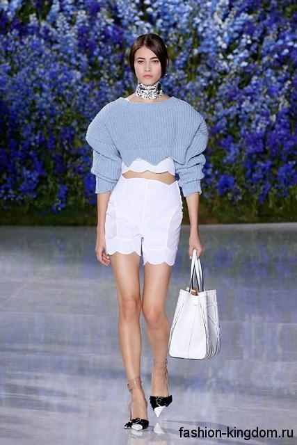 Ажурные белые шорты в сочетании с голубой кофточкой и массивным колье из коллекции весна-лето 2016 от Christian Dior.