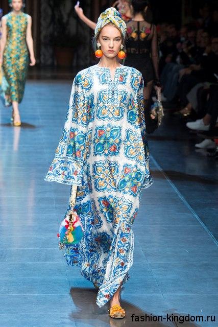 Длинное платье свободного кроя, бело-голубого цвета сочетается с аксессуарами оранжевого и голубого тона из коллекции весна-лето 2016 от Dolce & Gabbana.