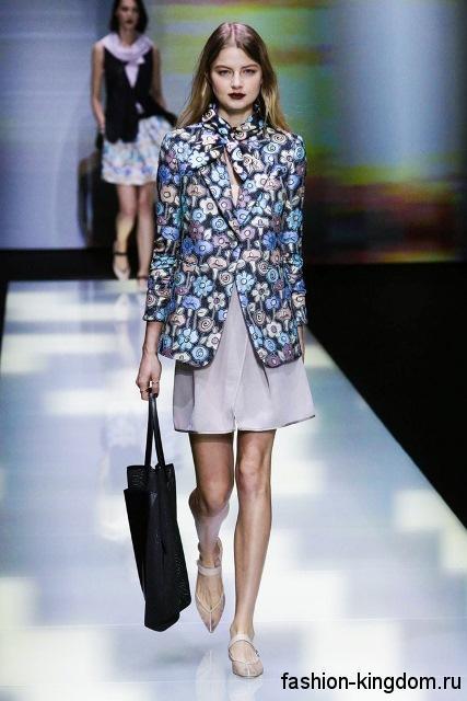 Короткая серая юбка и пиджак с цветочным принтом в тандеме с открытыми туфлями на низком каблуке из коллекции весна-лето 2016 от Emporio Armani.