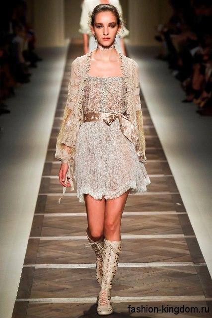 Ажурное платье бежевого цвета в сочетании с летними сапогами на каблуке из коллекции весна-лето 2016 от Etro.