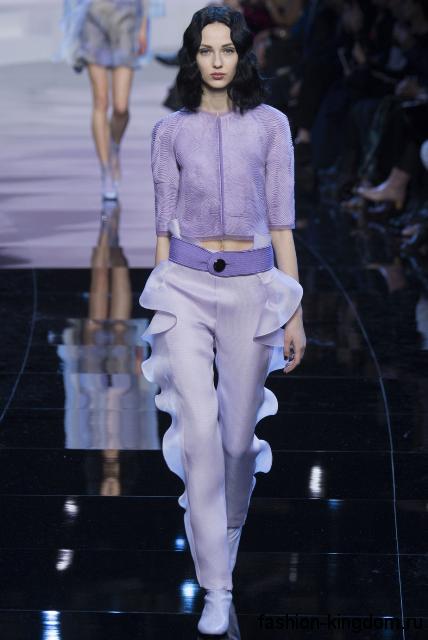 Сиреневые брюки с оборками в сочетании с коротким жакетом сиреневого тона из коллекции весна-лето 2016 от Giorgio Armani.