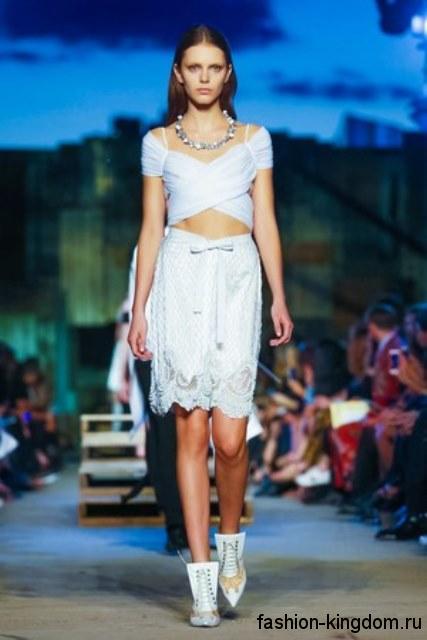 Ажурная юбка и топ белого цвета дополняются серебристым колье из коллекции весна-лето 2016 от Givenchy.