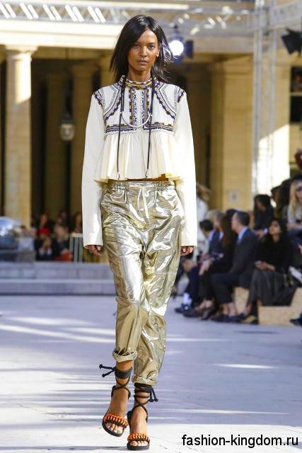 Серебристые брюки и шифоновая блузка в тандеме с босоножками на высоком каблуке из коллекции весна-лето 2016 от Isabel Marant.