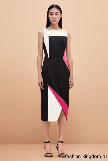 Платье-футляр черно-белого цвета с розовыми вставками, с небольшим разрезом, без рукавов от Kimora Lee Simmons.