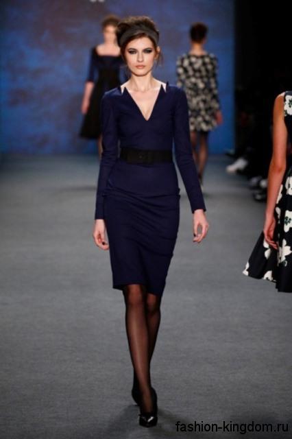 Платье-футляр темно-синего цвета, длиной до колен, с длинными рукавами и V-образным вырезом от Lena Hoschek.