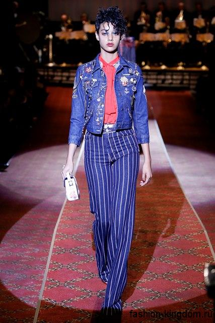 Широкие синие брюки в полоску в сочетании с джинсовой курткой и розовым топом из коллекции весна-лето 2016 от Marc Jacobs.