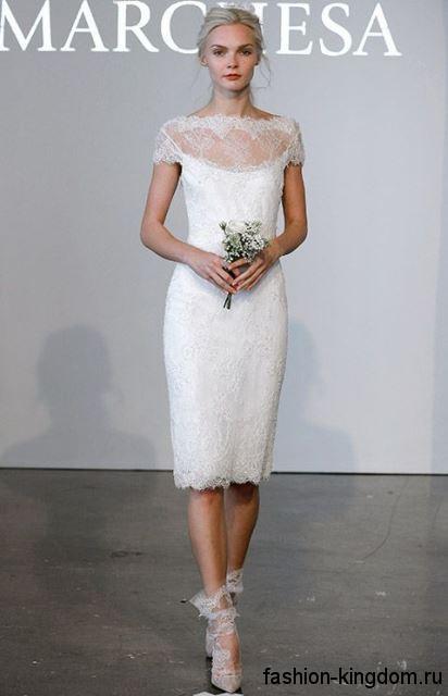 Свадебное платье-футляр белого цвета с ажурными вставками, длиной до колен, с короткими рукавами от Marchesa.