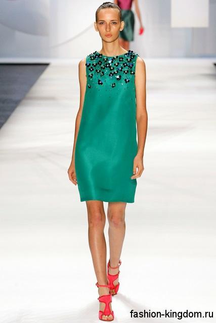 Короткое платье зеленого цвета, прямого кроя, декорированное пайетками из коллекции весна-лето 2016 от Monique Lhuillier.