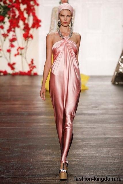 Атласное длинное платье розового цвета сочетается с массивными украшениями и тонким платком из коллекции весна-лето 2016 от Naeem Khan.
