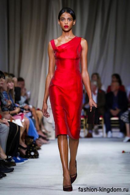 Красное платье-футляр на одно плече, длиной чуть ниже колен в тандеме с туфлями на каблуке из коллекции Oscar de la Renta.