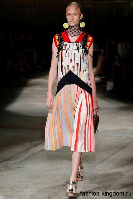 Платье-миди с полосатым принтом в сочетании с крупными украшениями из коллекции весна-лето 2016 от Prada.