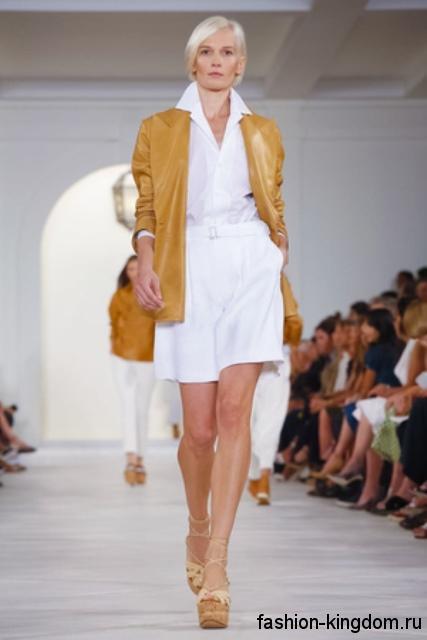 Шорты и рубашка белого цвета сочетаются с курткой и босоножками горчичного оттенка из коллекции весна-лето от Ralph Lauren.