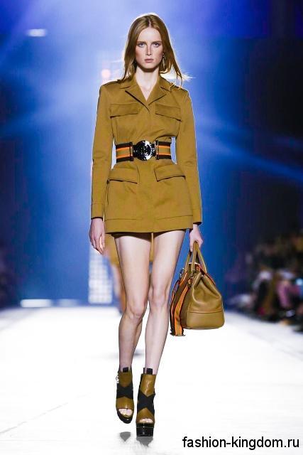 Короткое платье с длинными рукавами в сочетании с широким поясом и кожаной сумкой из коллекции весна-лето 2016 от Versace.
