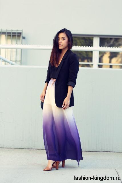 Шифоновая юбка макси бело-фиолетовой расцветки в стиле омбре в сочетании с пиджаком черного цвета.
