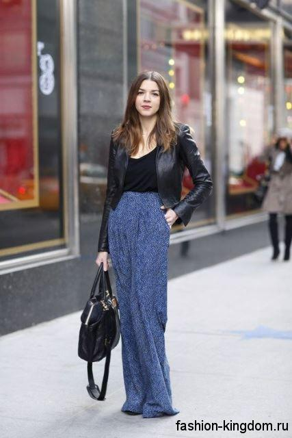 Юбка макси синего цвета прямого силуэта в сочетании с короткой кожаной курткой и топом черного тона.