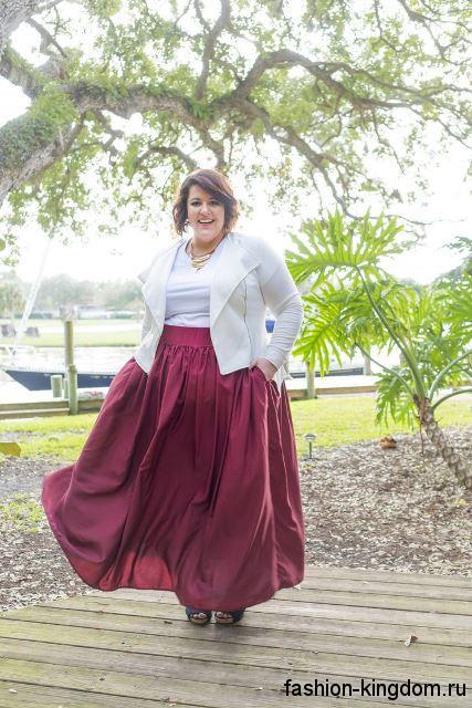 Юбка макси цвета фуксия, свободного фасона для полных дам сочетается с блузкой и жакетом белого тона.