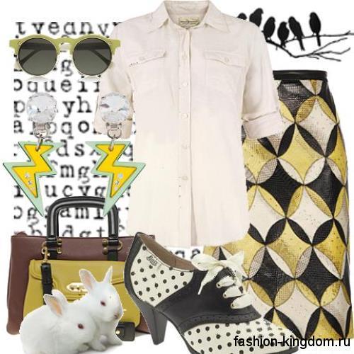 Белая блузка прямого покроя, с рукавами до локтей дополняется юбкой-карандаш с абстрактным принтом и черно-белыми туфлями на каблуке.